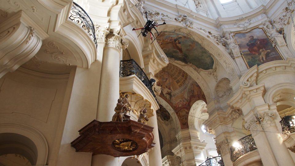 Drony natáčí v kostele sv. Mikuláše