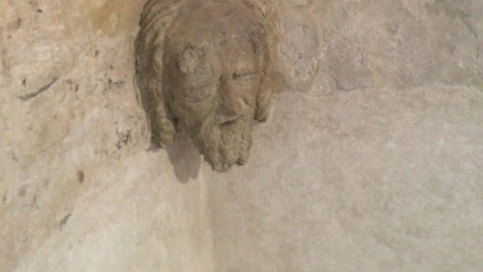 A takto vypadá normální hlava na zakončení žebroví na klenbě presbytáře