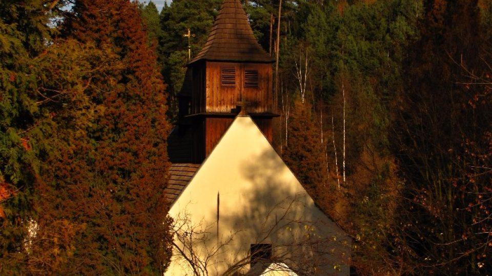 Kostel svatého Mikuláše je ukrytý uprostřed lesů