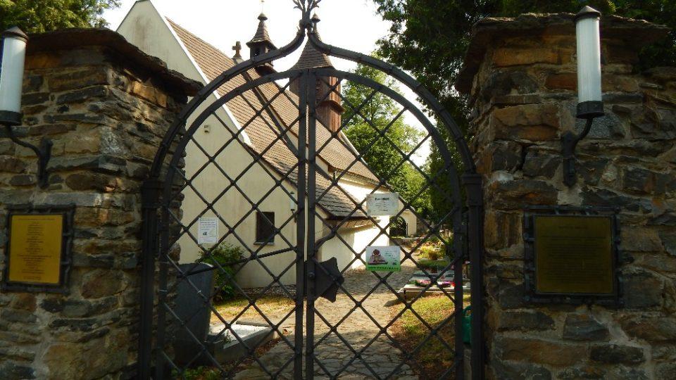 Vstup ke kostelu svatého Mikuláše