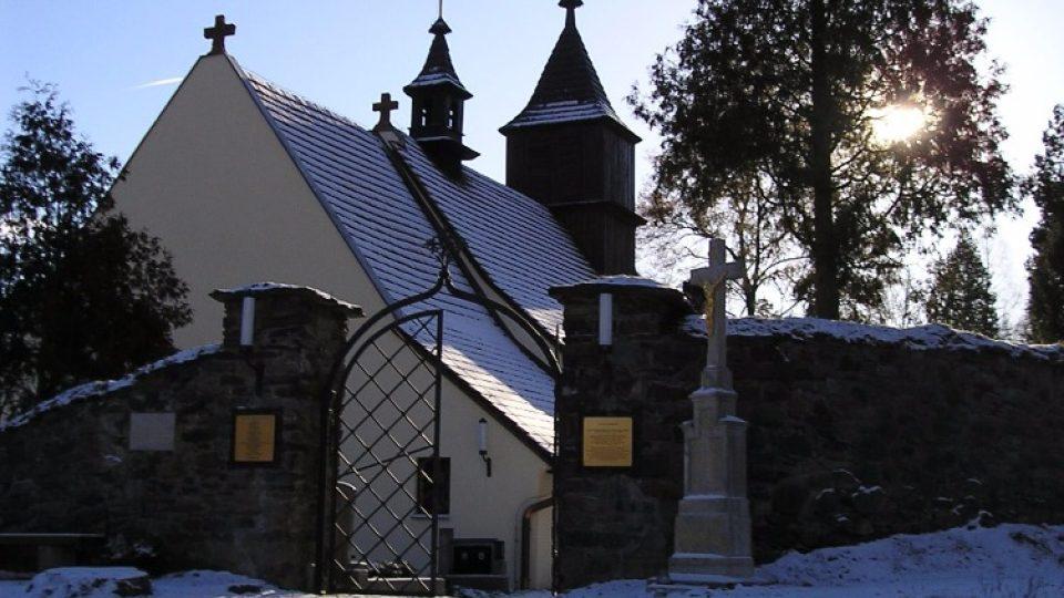 Zimní pohled na kostel sv. Mikuláše