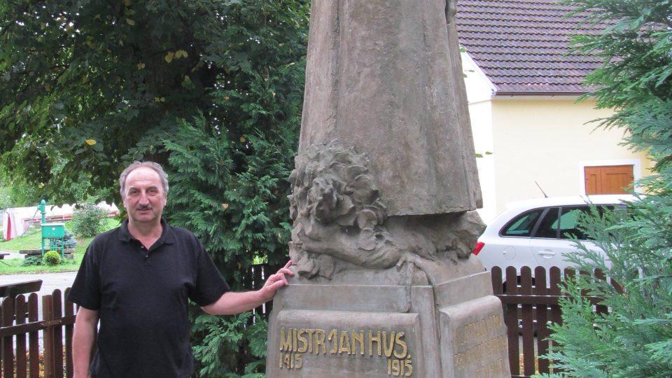 Starosta Kněžeklad Josef Drn u sochy mistra Jana Husa, která je od roku 1921 dominantou místní návsi