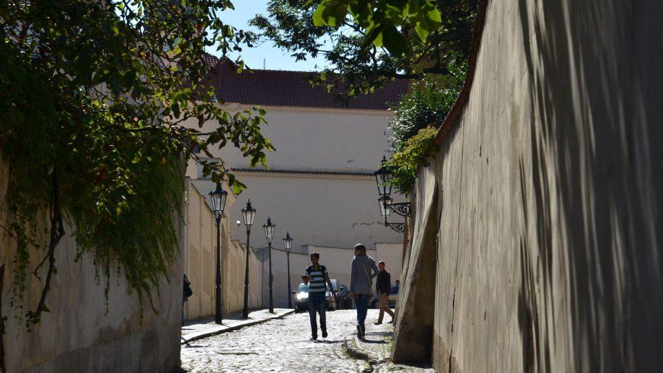 Kapucínská míří z Nového Světa ke klášteru, Černínskému paláci a zahradě či k Loretě