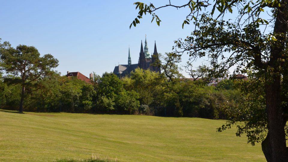 Z Horní Lumbeho zahrady se pokocháte netradičním pohledem ku Pražskému hradu