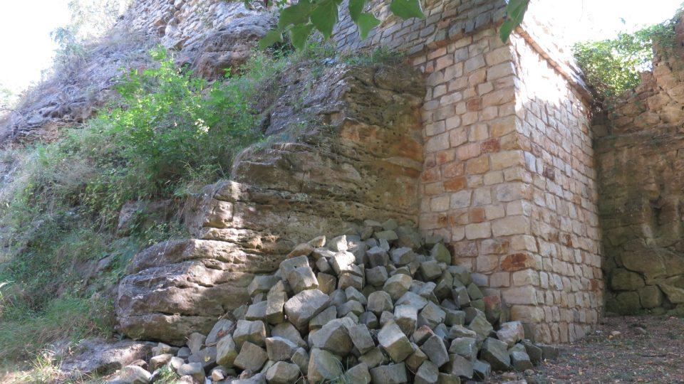 Hrad zcela vychází z pískovcové skály a kopíruje její tvary