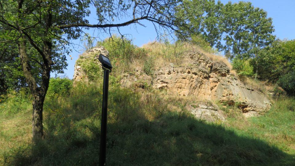 I druhé hradby vycházely ze skály