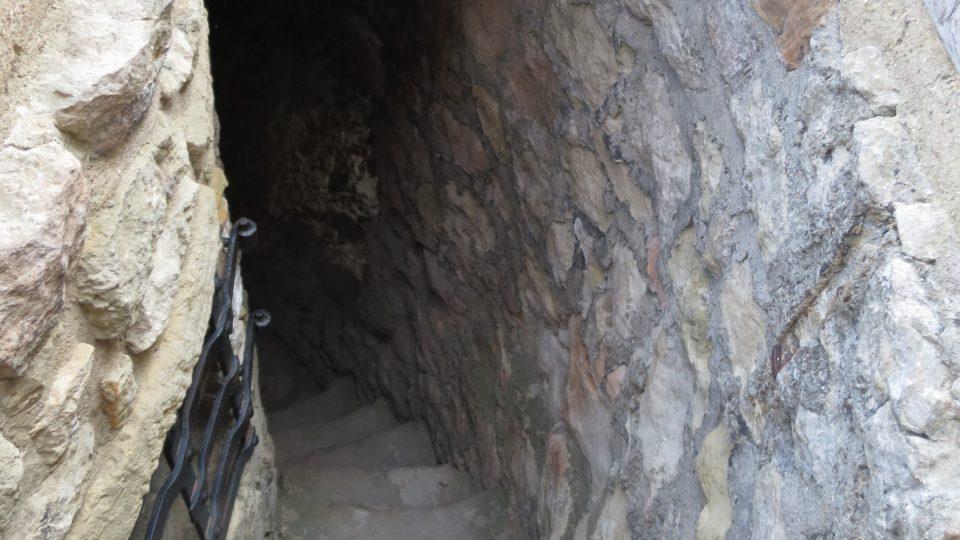 Na vrchol nás dovede úzká chodba a točité schodiště