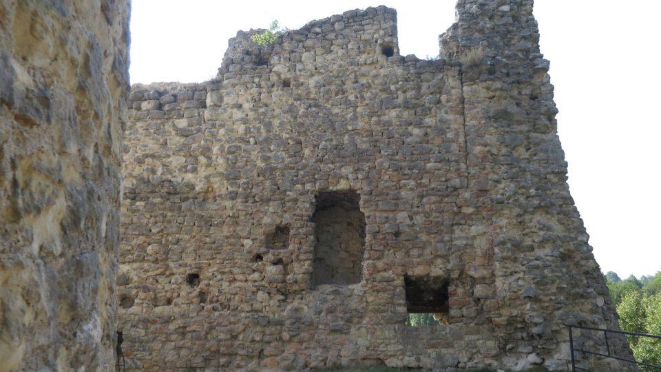 Pohled na zdi hradního paláce s pozůstatky krbů