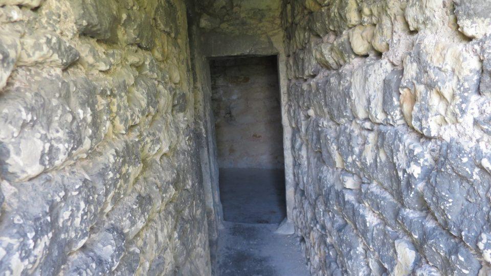 Postupovat dále úzkou chodbou se šikmými stěnami chce odvahu