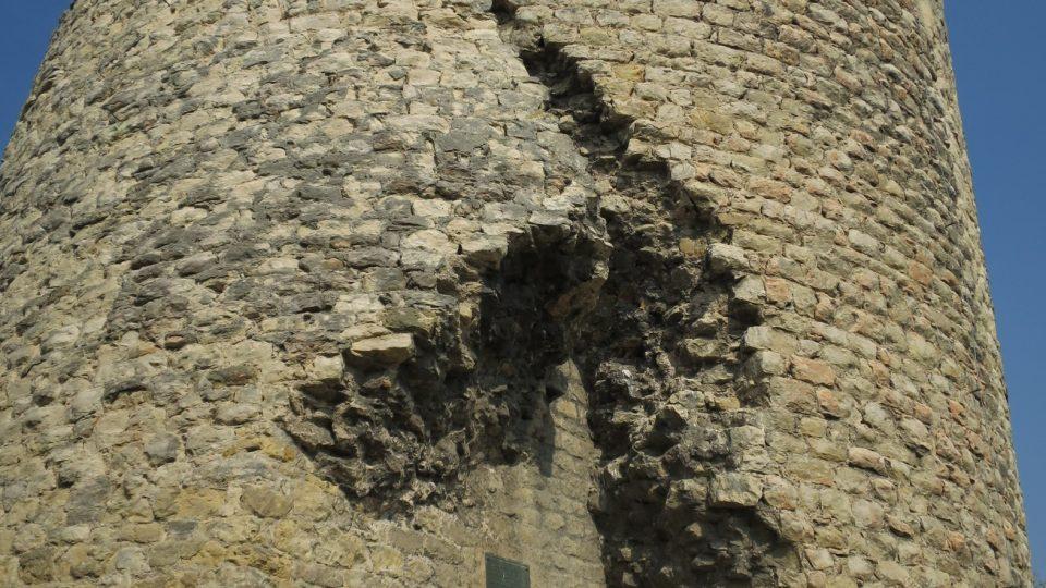 Sešikmení věže je patrné už při pohledu zdola