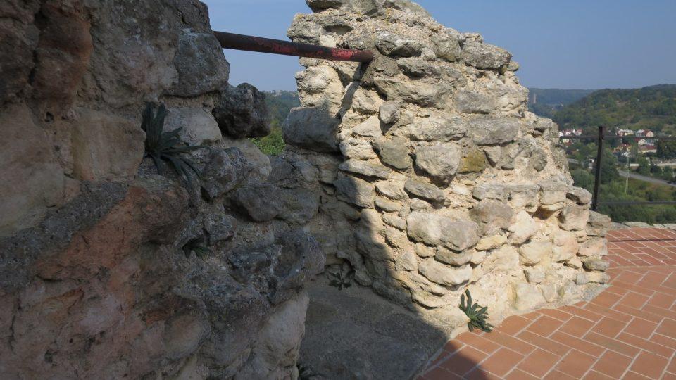 V zadní části plošiny jsou zbytky zdí třetího patra