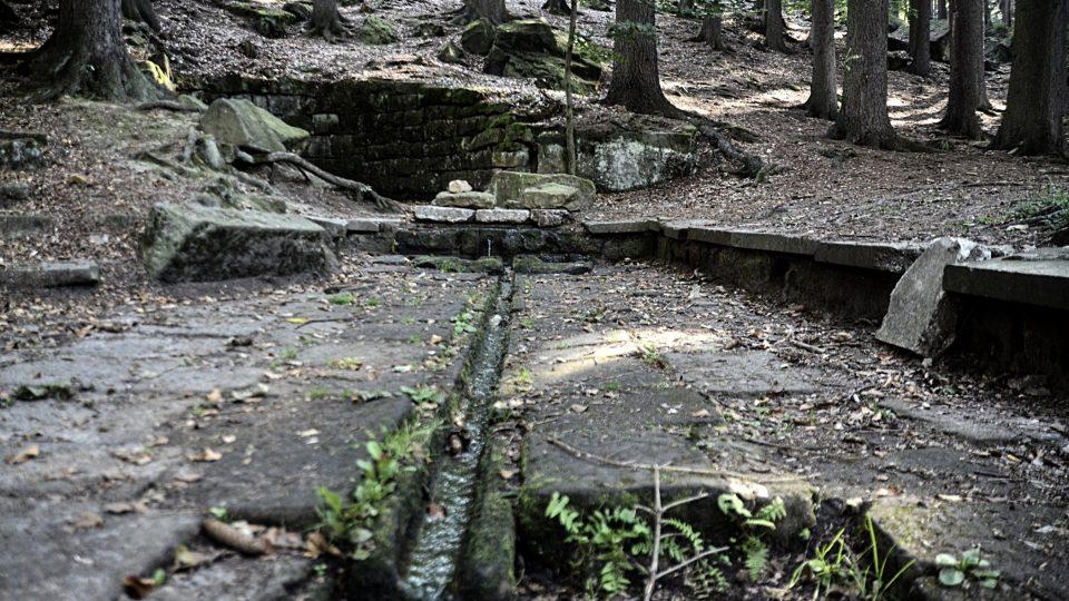 Studánka s pramenem a zbytky láznských budov