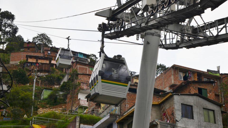 Boudy a kabinky. V takhle strmých kopcích se v Medellinu bydlí