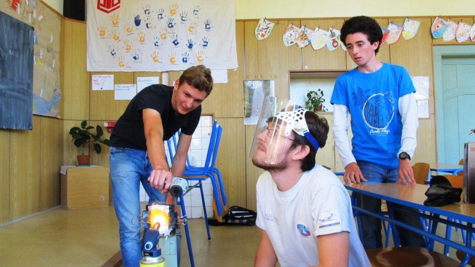 Marek Raja naučil studenty nymburského gymnázia při fyzikálním semináři vyrobit tepelný štít raket
