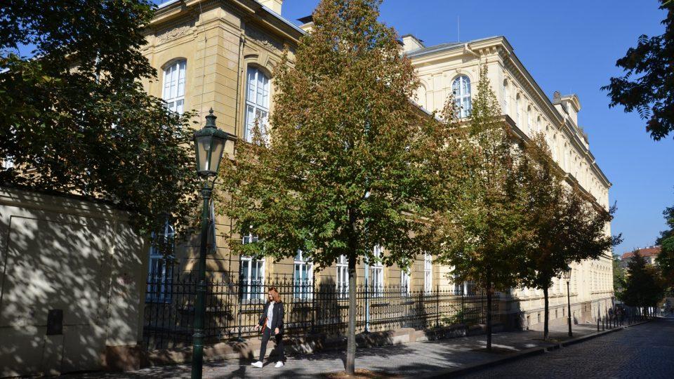 Hrdličkovo muzeum člověka sídlí v budově Přírodovědecké fakulty UK ve Viničné ulici