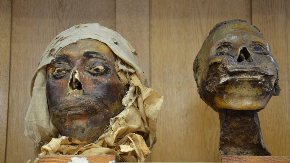 Příklady, jakým způsobem se u mumií nahrazovaly oči