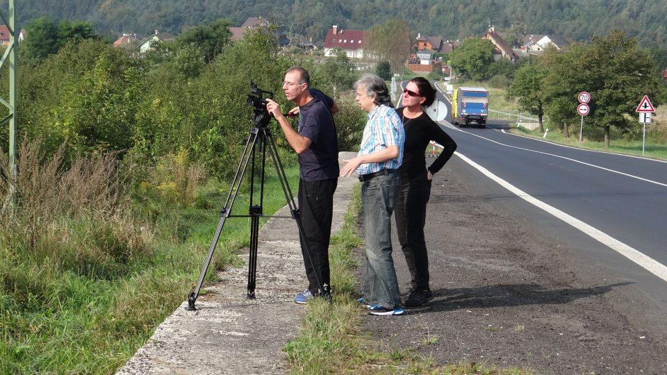 Tým Českého rozhlasu Sever při natáčení dalšího dílu seriálu o rozhlednách, tentokrát o té na Sokolím vrchu
