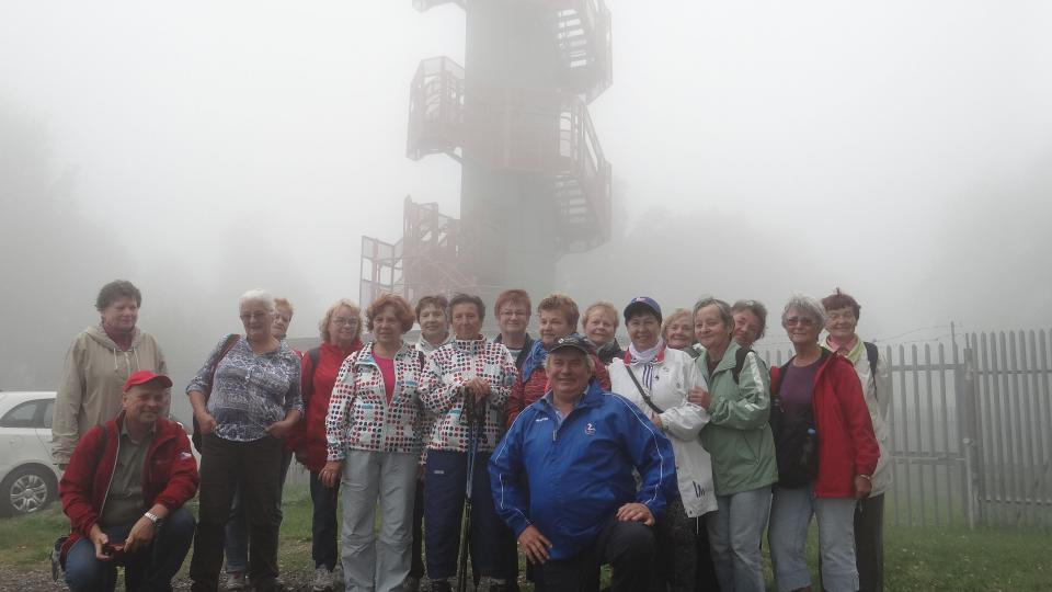 Turisté TJ Sokol před rozhlednou na Sokolím vrchu