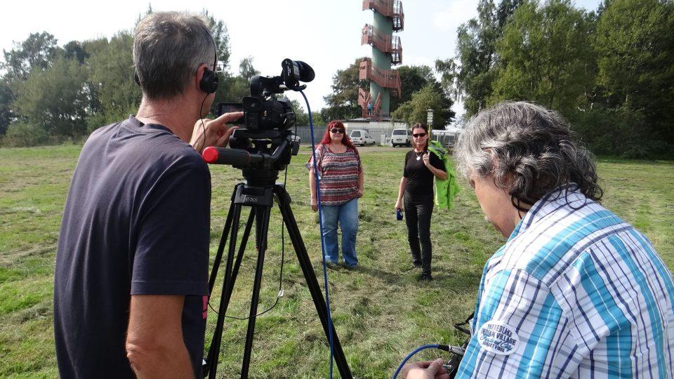 Tým Českého rozhlasu Sever se starostkou Dobrné Libuší Šrámkovou při natáčení