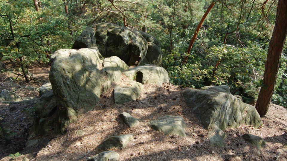 V lese najdete skalnatý útvar Čertovo sedlo. Pověst říká, že na skále nad prameništěm Stříbrného potoka měl pekelník svoji vyhlídku, odkud viděl do dědiny