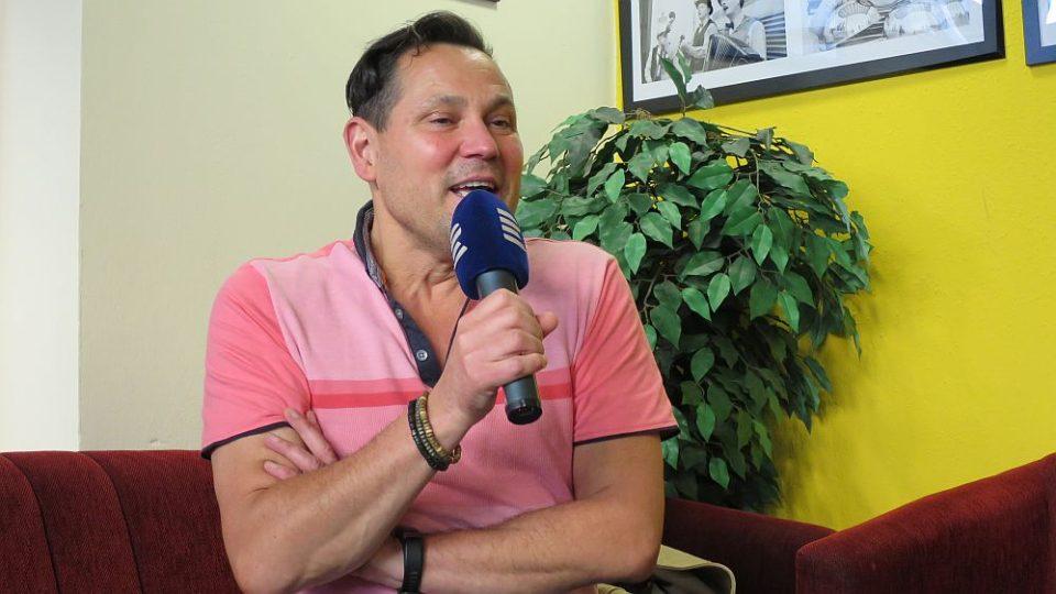 Zpěvák Pavel Vítek v radioklubu Českého rozhlasu Hradec Králové