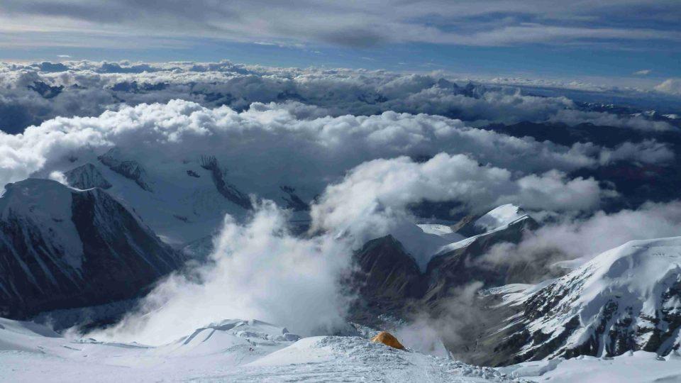 Tábor C 3 ve výšce 7 600 m, níže tábor C 2