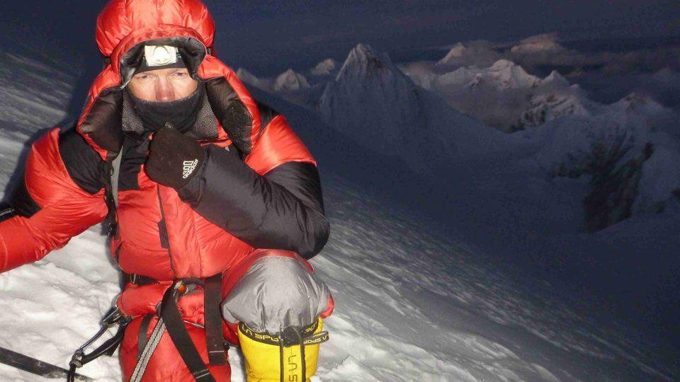 Marek Novotný nad ránem cestou k vrcholu