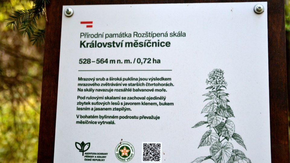 Přírodní památka Rozštípená skála je na tabulích Chráněné krajinné oblasti Žďárské vrchy prezentována také jako království měsíčnice