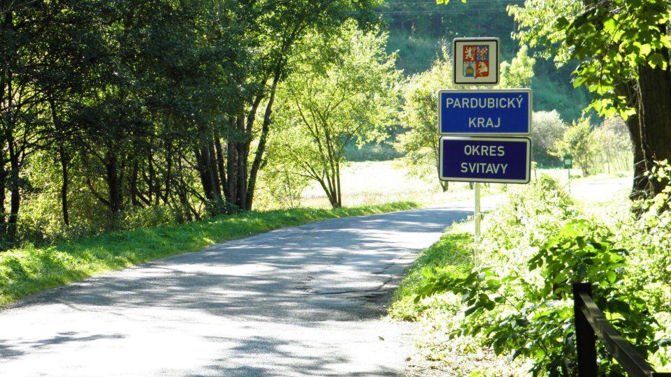 Hranice kraje u Kozova na Bouzovsku. Skutečná hranice Moravy je však ještě asi o dvacet kilometrů dále na západ