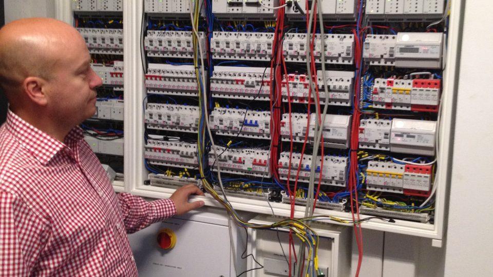 Rozvodná skříň má 420 modulů a každé z více než třiceti typů světel má svůj vlastní okruh
