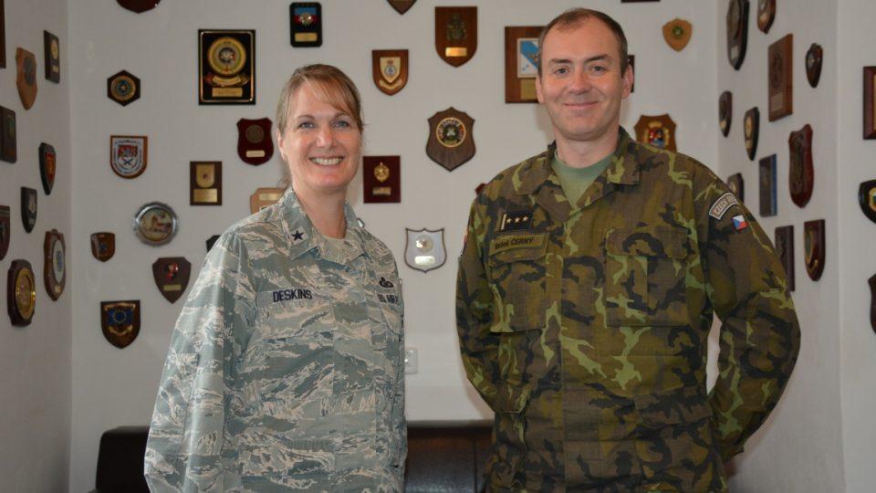 Zástupkyně velitele ozbrojených sil USA v Evropě gen. Dawne Deskins