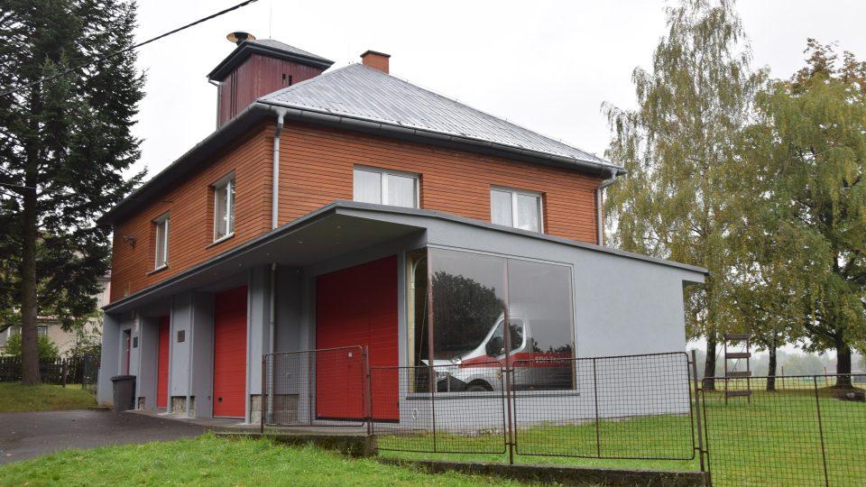První projekt obce a Kamila Mrvy - rekonstrukce hasičárny s oknem do garáže