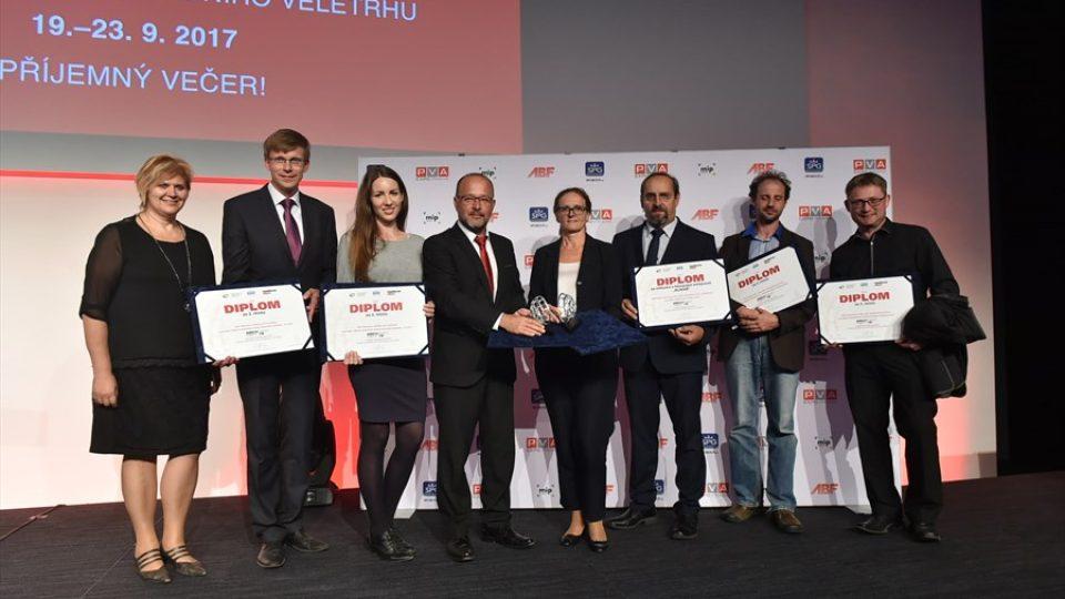 Kamil Mrva (zcela vpravo) a Jiří Novotný (druhý zprava) při vyhlášení vítězů soutěže Architekt roku