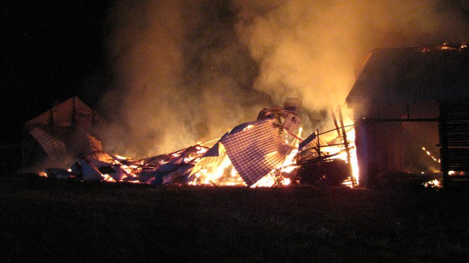 Požár skladu sena a slámy ve Větřní