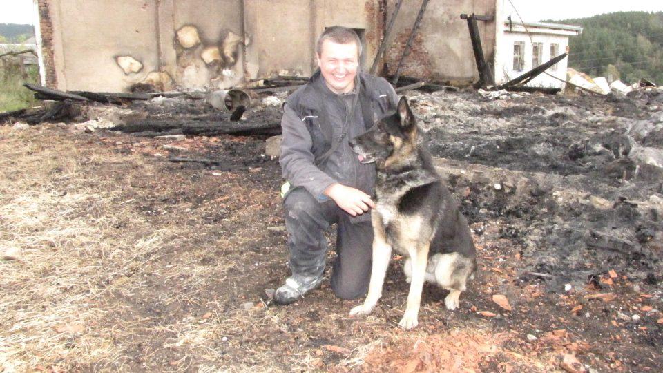 Vyšetřovateli požárů pomáhá psovod Vítek Švagr s belgickým ovčákem Exem