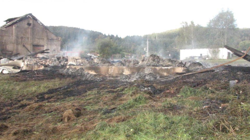 Jakmile je oheň uhašen, vyráží na požářiště ve Větřní vyšetřovatel František Veis. Jeho úkolem je zjistit, proč začal sklad sena hořet