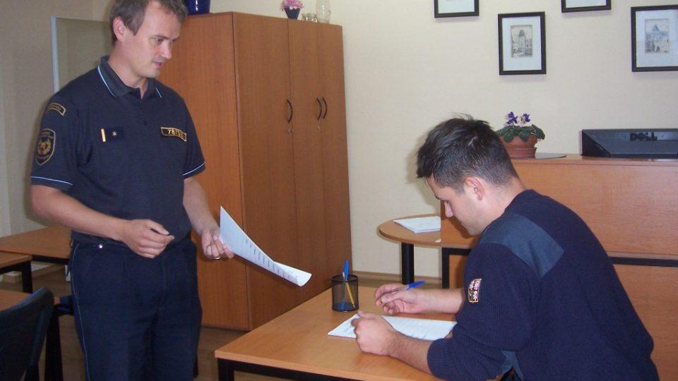 Každý, kdo se chce v jižních Čechách stát profesionálním hasičem, začíná svou kariéru u psychologa Tomáše Adámka