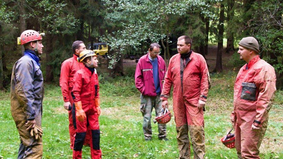 Teoretická příprava u jeskyní v údolí Vošmendy