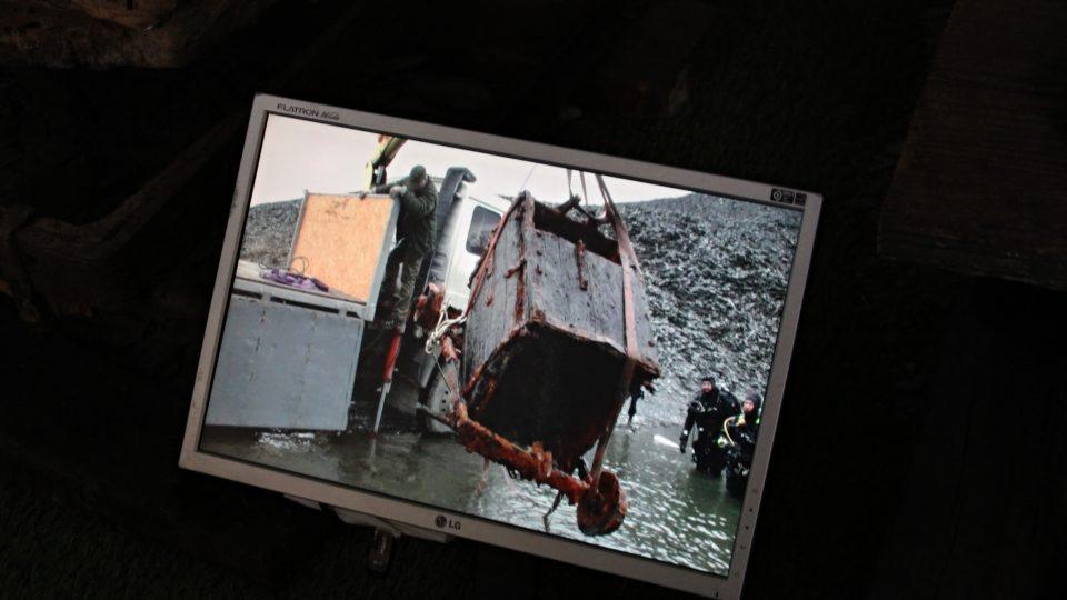 Film ukazuje výlov vozíku ze zatopeného lomu
