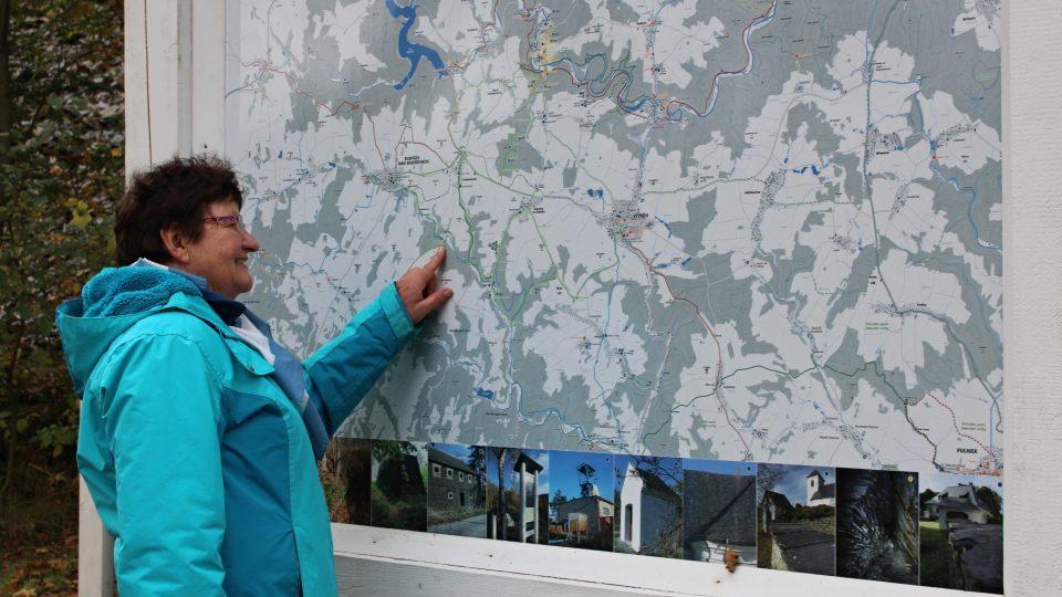 Průvodkyně Jana Pavlů u mapy na Břidlicové stezce