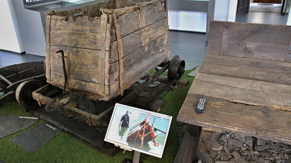 Vozík vylovený ze zatopeného lomu