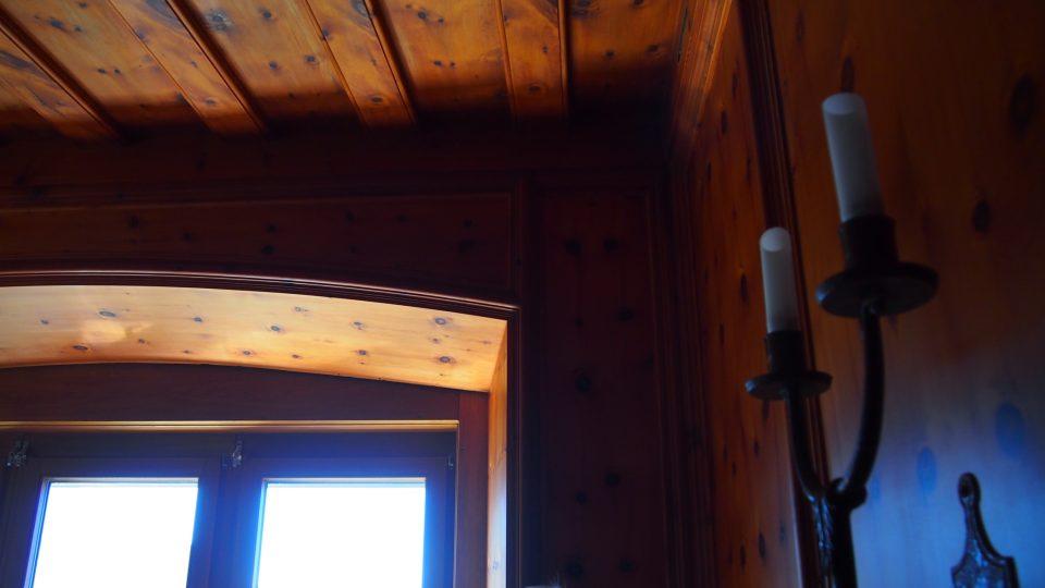 Pokoj Evy Braunové je menší dřevem obložená místnost s úchvatným výhledem na alpské vrcholky