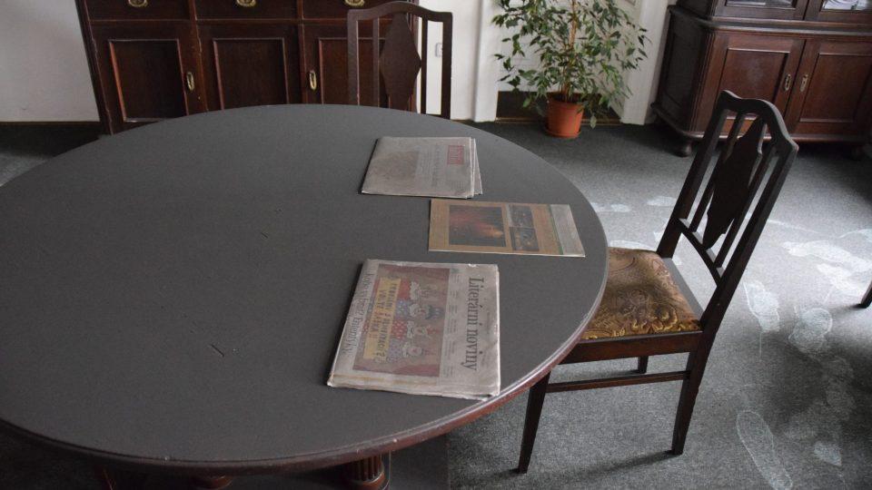 Saze na nábytku a koberci v místnosti pro besedy