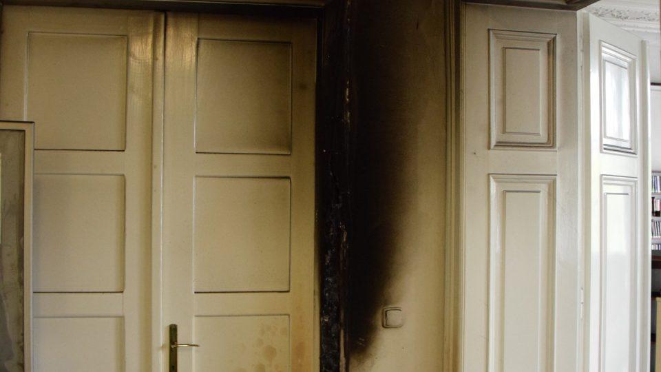 Místo vzniku požáru v chodbě oddělení pro dospělé