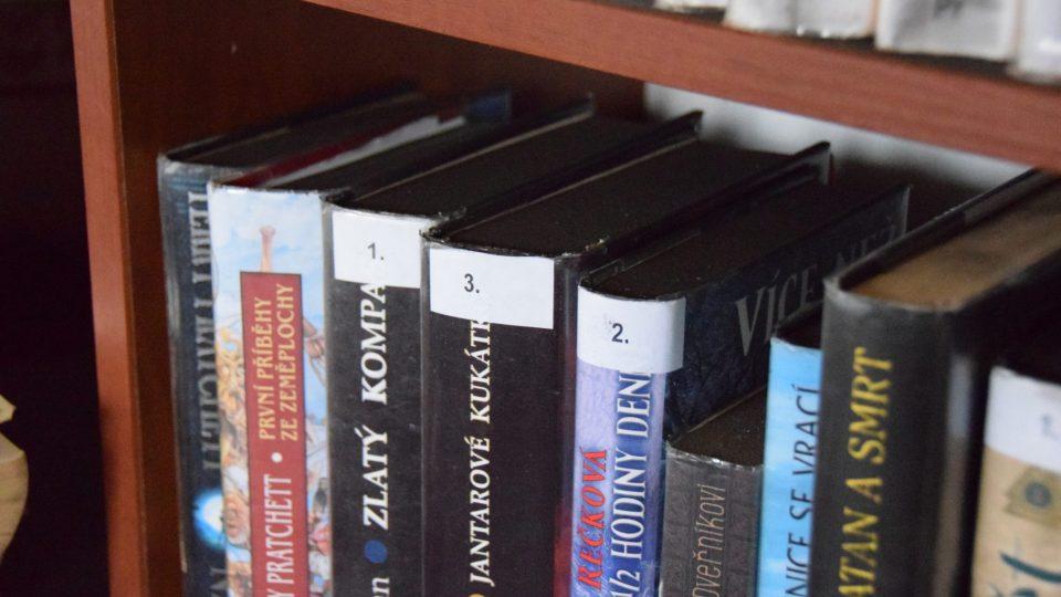 Černé saze se dostaly i na knihy založené v regálech