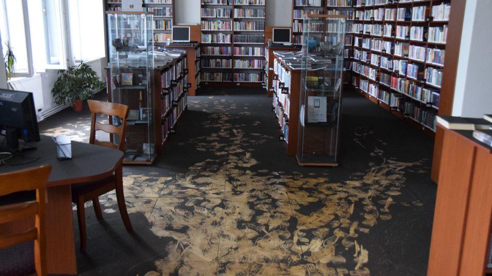 Saze pokryly podlahu novojičínské knihovny