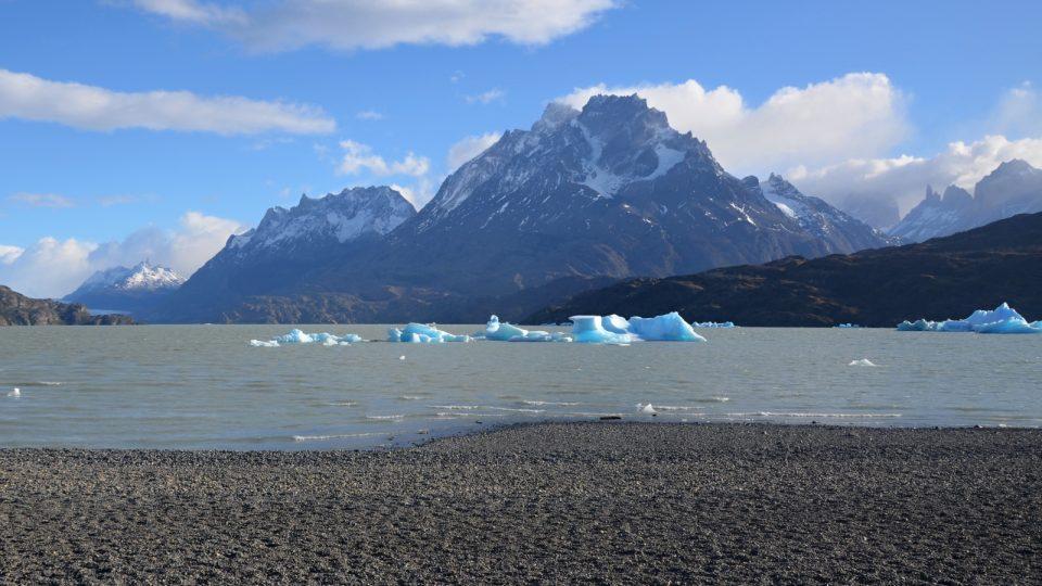Ledová a kamenná krása. Jezero Grey, pod 3050 metrů vysokým štítem v chilské části Patagonie