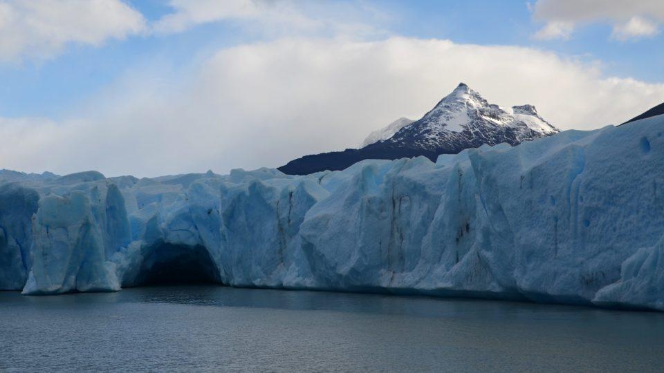 Ledová krása. Jeskyně uprostřed ledovce, který pomalu odpadává do vod jezera Grey