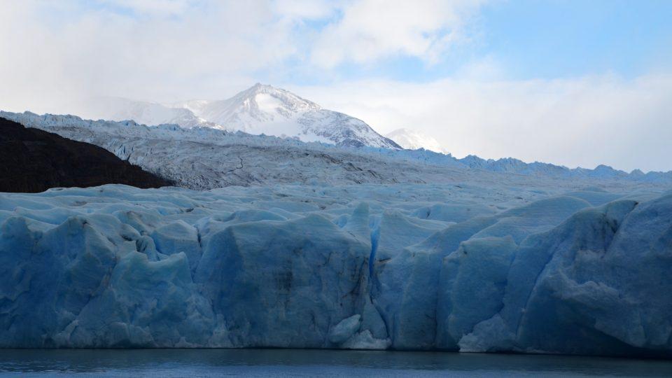 Ledovec má na šířku až 5 kilometrů a z Jižního ledového pole se plazí skoro 20 kilometrů, tak je dlouhý