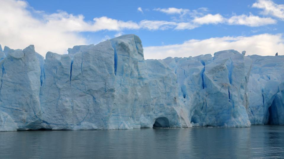 Ledovec ustupuje, v poslední době rychleji než dřív. Na vině je oteplování, menší sněhové srážky a pomalu ho požírá také jezero